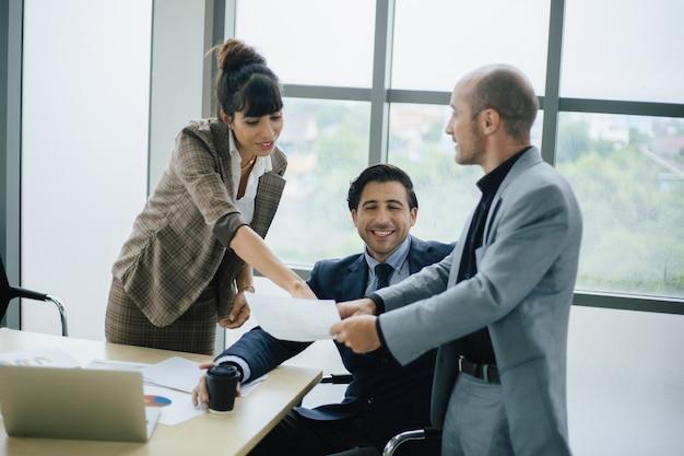 Mensen uit het bedrijfsleven bespreken en praten over project