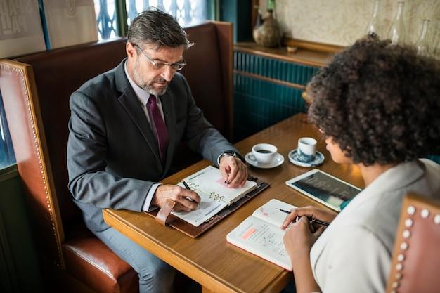 Mensen uit het bedrijfsleven bespreken in het café