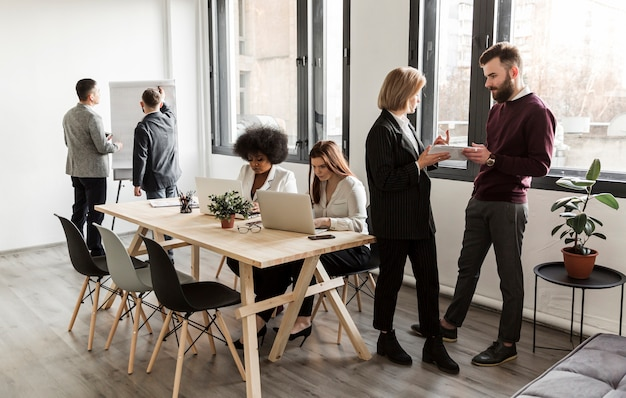 Mensen uit het bedrijfsleven bespreken in vergadering