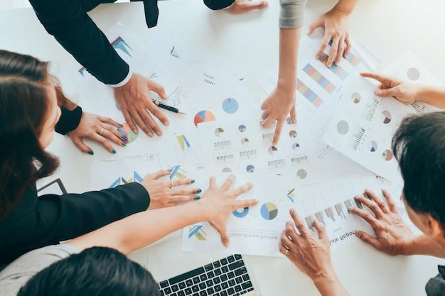 Mensen uit het bedrijfsleven bespreken of klagen de grafieken en grafieken bovenaanzicht