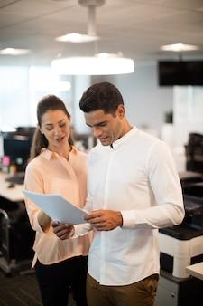 Mensen uit het bedrijfsleven bespreken over documenten in kantoor