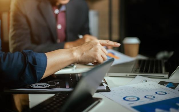 Mensen uit het bedrijfsleven bespreken over prestatie-inkomsten in vergadering. zakenman werken met collega team. financieel adviseur die gegevens analyseert met investeerder.