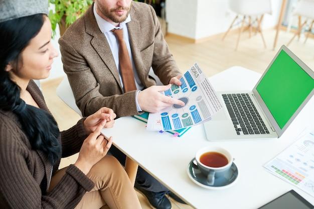 Mensen uit het bedrijfsleven bespreken strategie