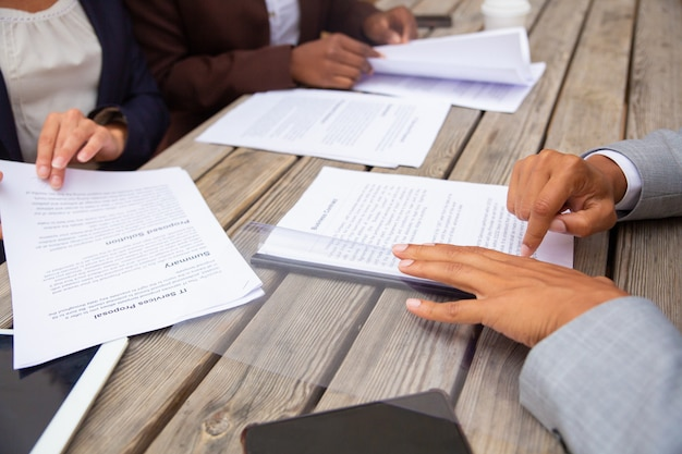 Mensen uit het bedrijfsleven bestuderen contractvoorwaarden