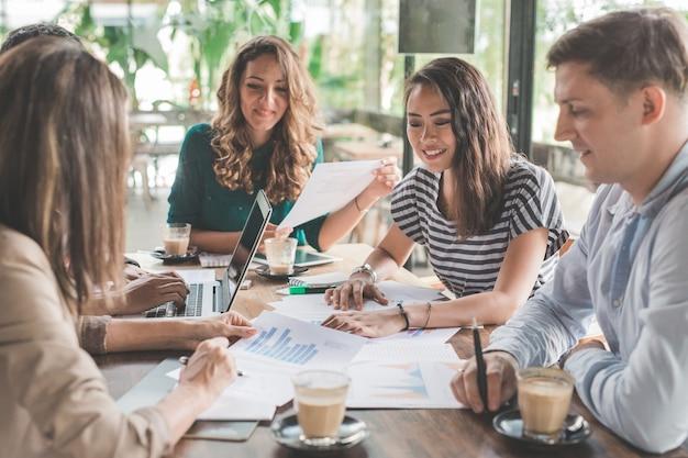 Mensen uit het bedrijfsleven bijeen in coffeeshop. diverse mensen partner en teamwork