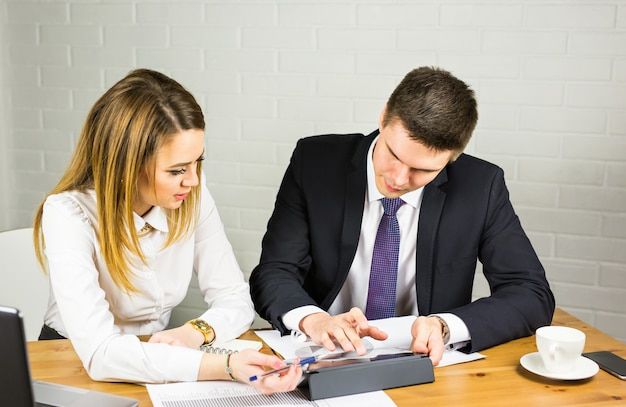 Mensen uit het bedrijfsleven bijeen in kantoor. bedrijfs- en werkconcept