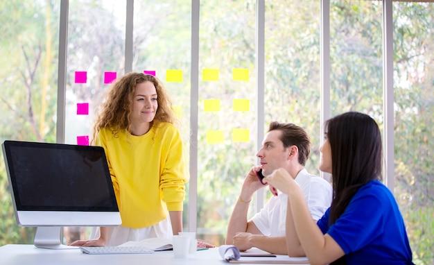 Mensen uit het bedrijfsleven brainstormen en businessplan bespreken over de bijeenkomst