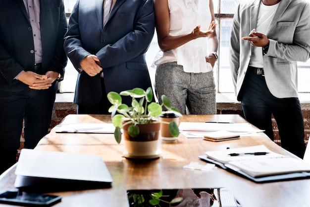 Mensen uit het bedrijfsleven brainstormen in een vergadering