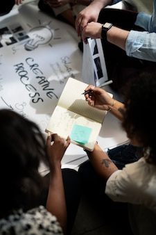 Mensen uit het bedrijfsleven brainstormen met behulp van een notebook
