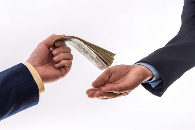 Mensen uit het bedrijfsleven brengen ons geld over dat op grijze achtergrond wordt geïsoleerd. financieel concept