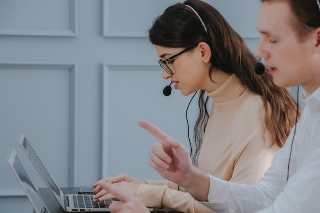 Mensen uit het bedrijfsleven chatten op werkplek kantoor met laptop