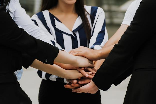 Mensen uit het bedrijfsleven de handen ineen