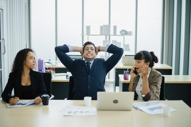 Mensen uit het bedrijfsleven denken en maken zich zorgen over het project.