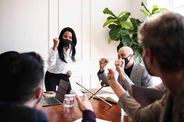 Mensen uit het bedrijfsleven die maskers dragen tijdens een coronavirusvergadering, het nieuwe normaal