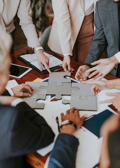 Mensen uit het bedrijfsleven die puzzelstukjes met elkaar verbinden