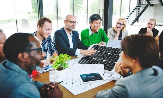 Mensen uit het bedrijfsleven discussie zonne-energie energieconcept