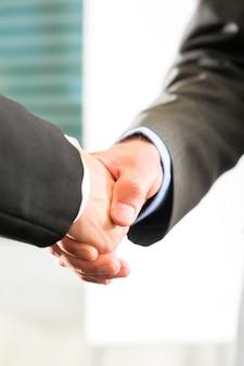 Mensen uit het bedrijfsleven doen handshake