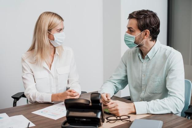 Mensen uit het bedrijfsleven dragen medische maskers