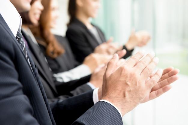Mensen uit het bedrijfsleven een applaus geven