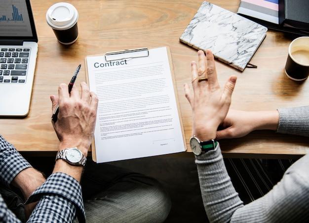 Mensen uit het bedrijfsleven een contract bespreken