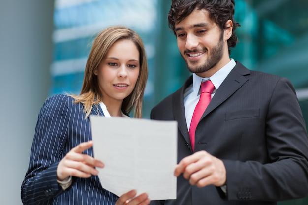 Mensen uit het bedrijfsleven een document te lezen