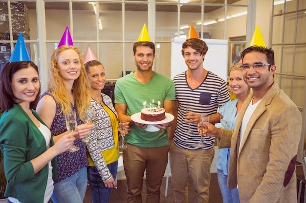 Mensen uit het bedrijfsleven een verjaardag vieren