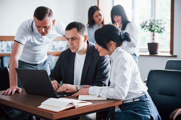 Mensen uit het bedrijfsleven en manager werken aan hun nieuwe project in de klas