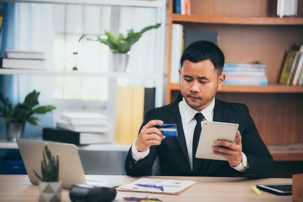 Mensen uit het bedrijfsleven gebruiken creditcards om financiële transacties op het werk uit te voeren