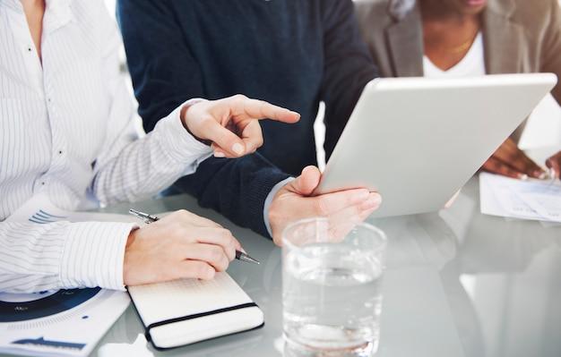 Mensen uit het bedrijfsleven gebruiken digitale tablet
