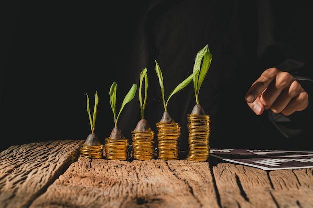 Mensen uit het bedrijfsleven geld concept te besparen