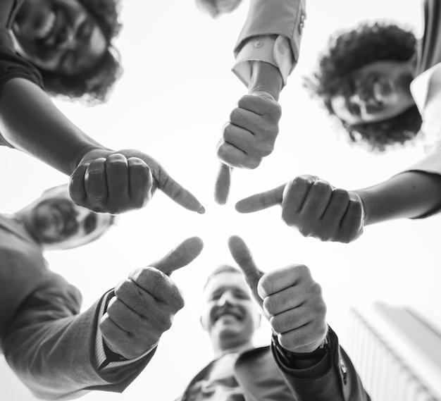 Mensen uit het bedrijfsleven geven een duim omhoog