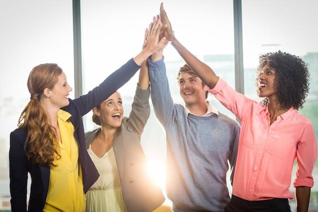 Mensen uit het bedrijfsleven geven high five aan elkaar