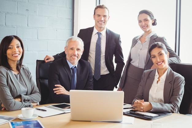 Mensen uit het bedrijfsleven glimlachen in vergaderruimte