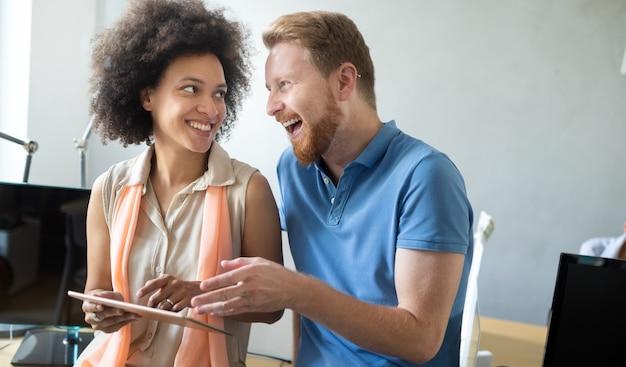 Mensen uit het bedrijfsleven goed teamwork op kantoor. teamwork succesvolle vergadering werkplek strategie concept.