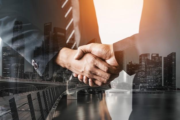 Mensen uit het bedrijfsleven handdruk op city