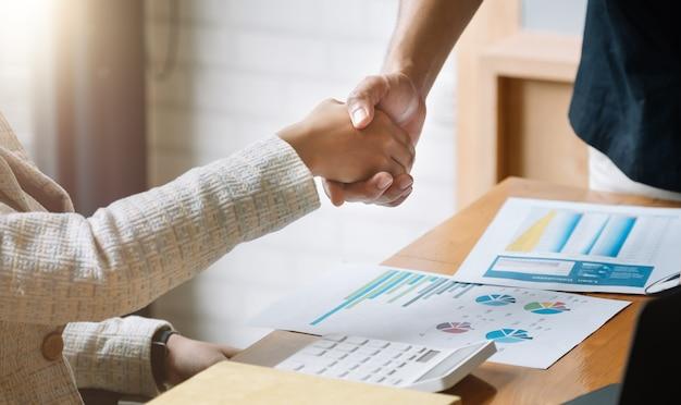 Mensen uit het bedrijfsleven handdruk voor teamwerk van zakelijke fusie en overname