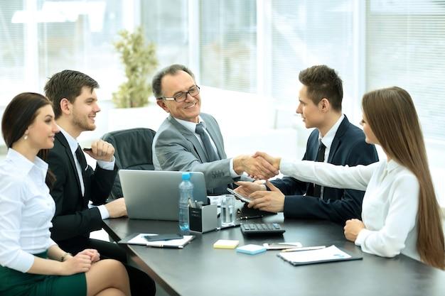 Mensen uit het bedrijfsleven handen schudden een vergadering afronden