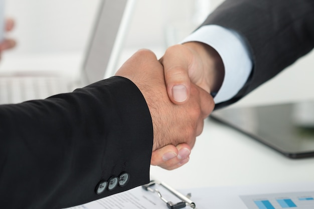 Mensen uit het bedrijfsleven handen schudden, een vergadering afronden
