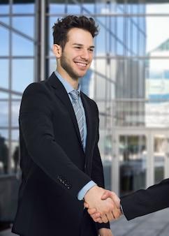 Mensen uit het bedrijfsleven handen schudden in een kantoor