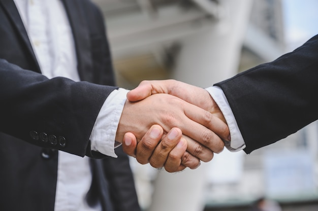 Mensen uit het bedrijfsleven handen schudden om een zakelijk voorstel overeenkomst te maken.