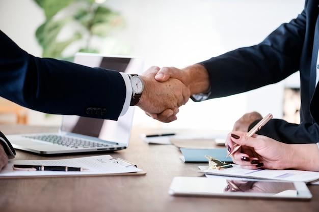 Mensen uit het bedrijfsleven handen schudden samen