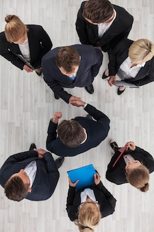 Mensen uit het bedrijfsleven handen schudden, samenwerkingsconcept, bovenaanzicht