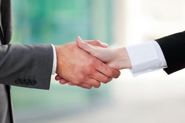 Mensen uit het bedrijfsleven handen schudden