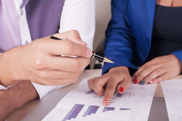 Mensen uit het bedrijfsleven handen tijdens teamwerk