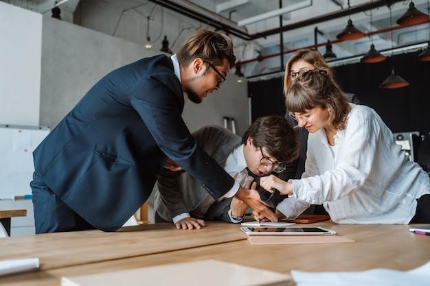 Mensen uit het bedrijfsleven hebben discussie, geschil of onenigheid tijdens vergadering of onderhandelingen