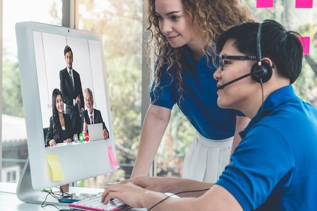 Mensen uit het bedrijfsleven hebben een online vergadering