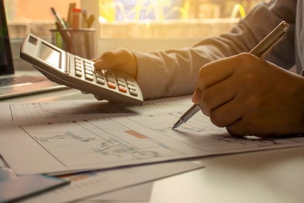 Mensen uit het bedrijfsleven herzien rapporten, financiële documenten voor analyse van financiële informatie, werkconcept