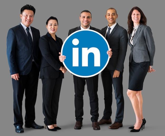 Mensen uit het bedrijfsleven houden een linkedin-logo