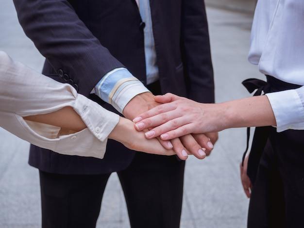 Mensen uit het bedrijfsleven hun handen samen