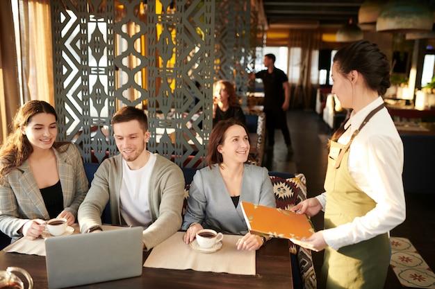 Mensen uit het bedrijfsleven in café